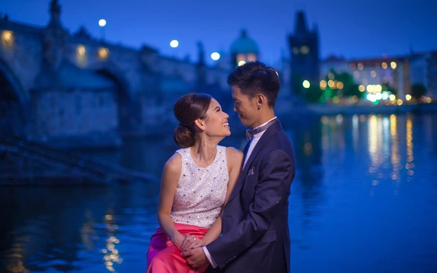 image of bride & groom, Charles Bridge, blue, night portrait, Prague
