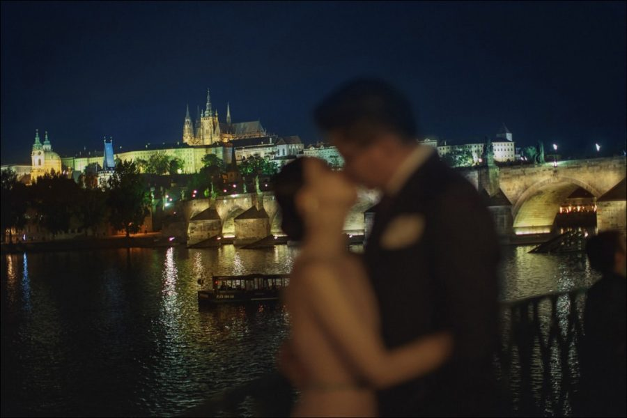 an-evening-kiss-in-Prague