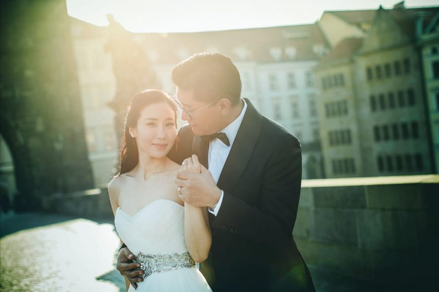 natural-light-pre-wedding-photos-Prague