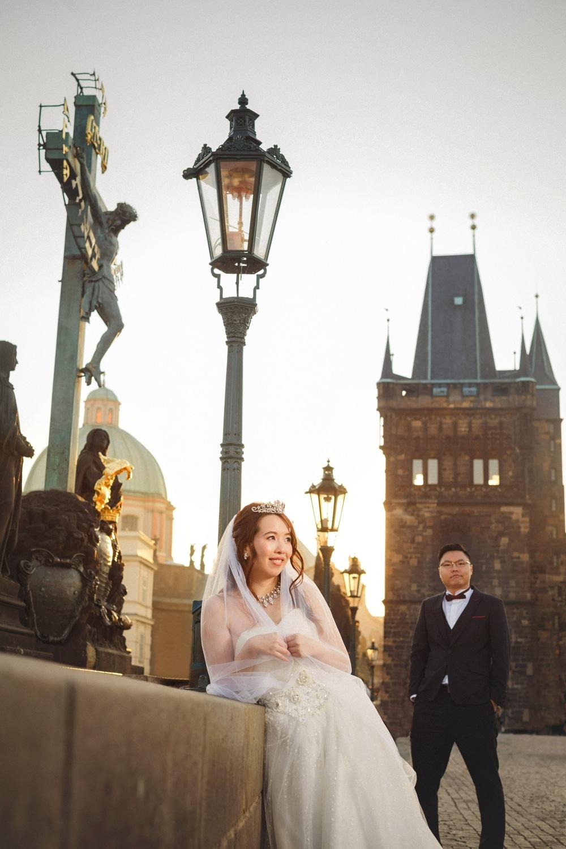 Prague, Charles Bridge, couple portrait, wedding dress, statues