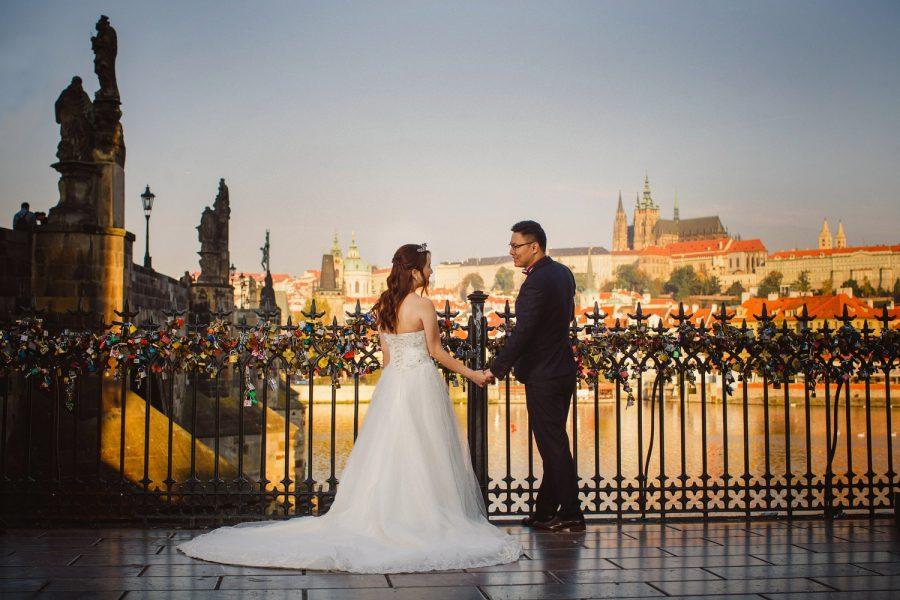 Prague, Charles Bridge, couple portrait, holding hands, love locks, yellow colors