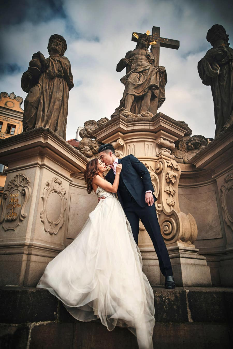 at the Charles Bridge in Prague - a Love Story Engagement photo shoot with Tina & Mike